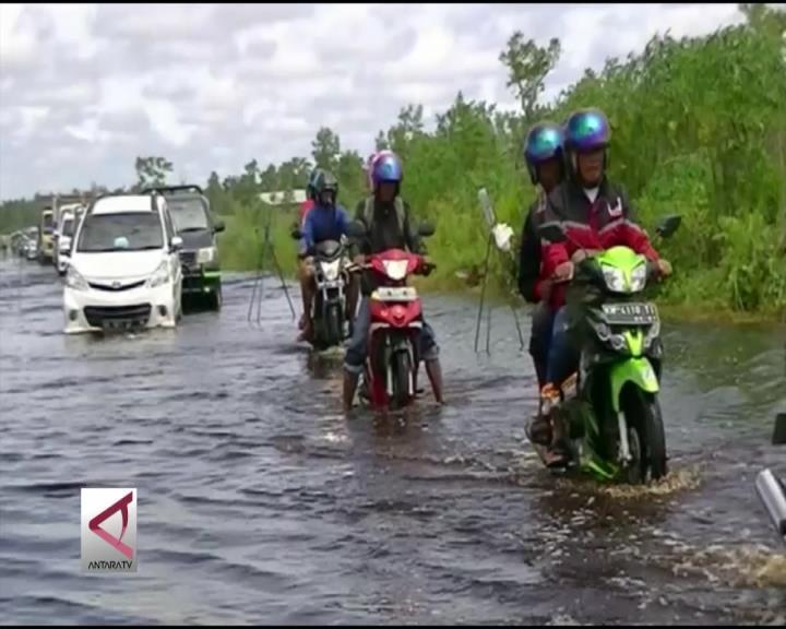 Sungai Meluap Akibat Hujan Lebat, Ojek Perahu Laris