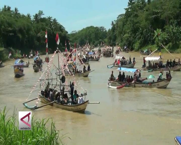 Perahu Hias Telusuri Sungai di Kebumen