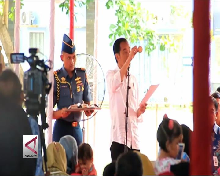 Presiden Bagikan Biskuit ke Ibu Hamil di Balikapan