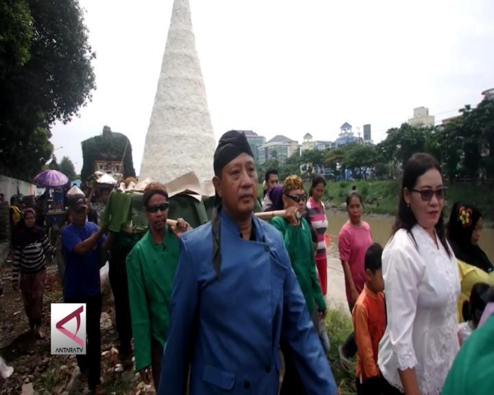 Warga Stren Kali Surabaya Gelar Larung Sungai
