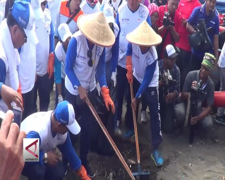 Menteri Rini Bersih-Bersih Pantai