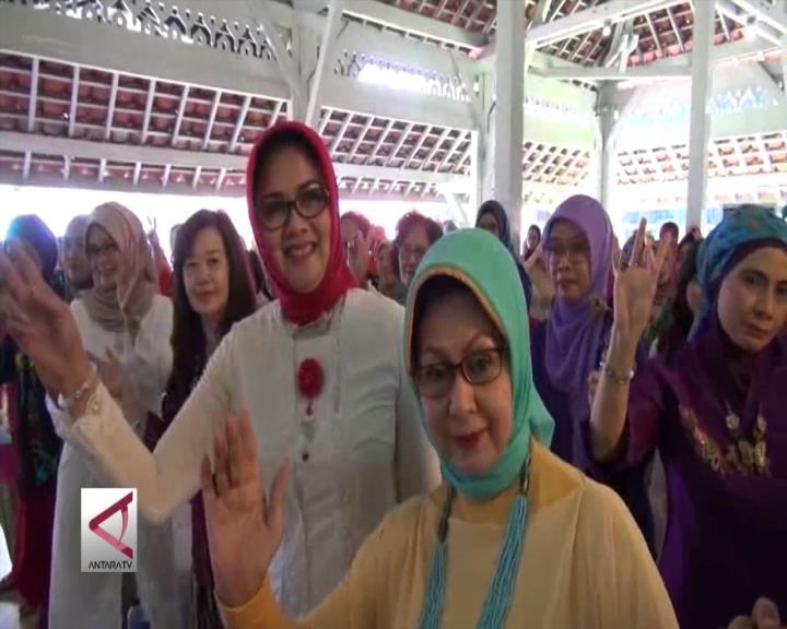 500 Perempuan Bandung Berkebaya Mannequin Challenge