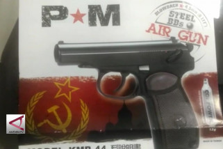 Warga Serahkan Air Gun Berlambang PKI ke Kodim 0905