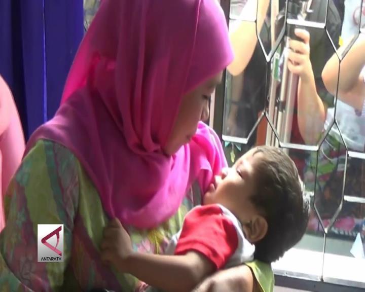 Mensos Gendong Bocah yang Ditelantarkan Ibunya
