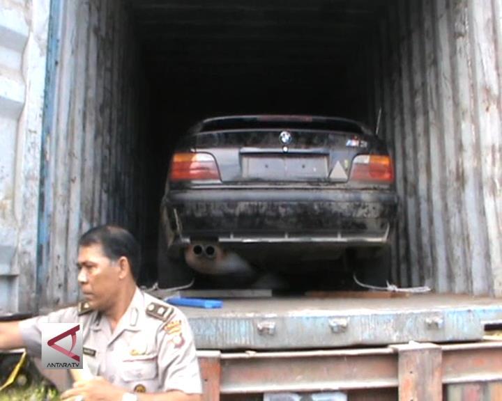 Polisi Tahan Kontainer Pembawa Mobil dari Malaysia