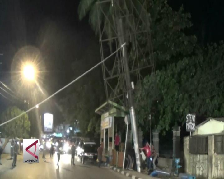 Puluhan Baliho di Palembang Dirobohkan