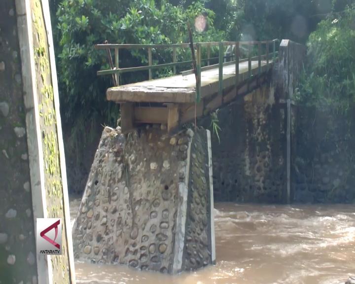 Curah Hujan Tinggi Sebabkan Longsor dan Banjir