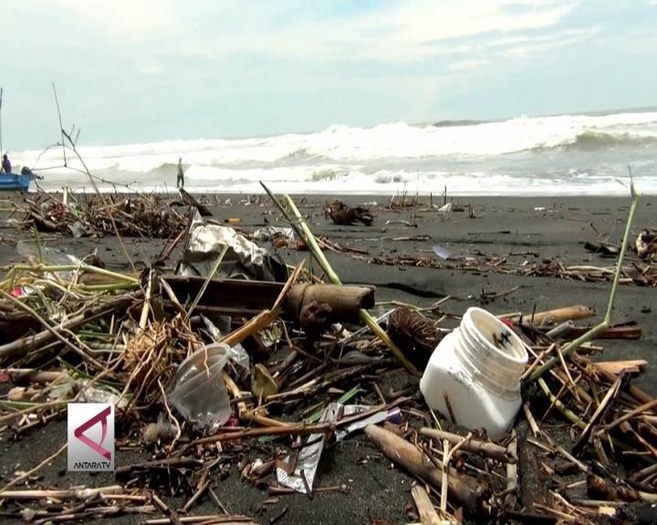 Sampah di Pantai Selatan Yogyakarta Sulitkan Nelayan