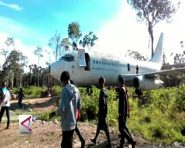 Saat Pesawat Terparkir di Tengah Hutan di Papua