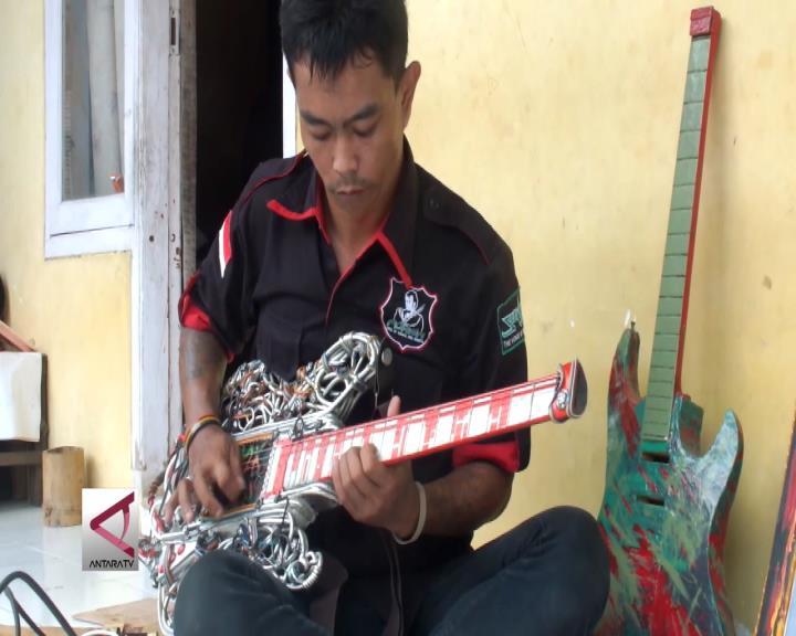 Kerajinan Gitar dari Kabel Bekas yang Unik