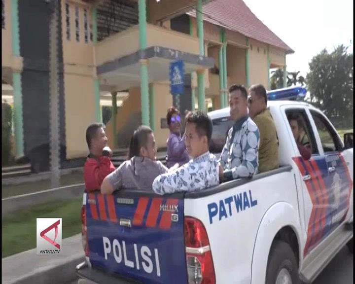 Menteri Susi Berkeliling Kolaka dengan Mobil Bak Terbuka
