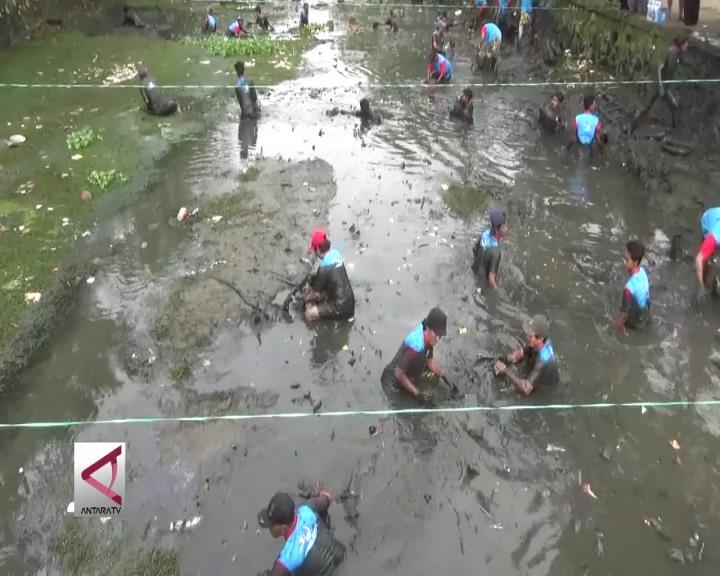 Warga Banjarmasin Ikuti Lomba Angkat Lumpur