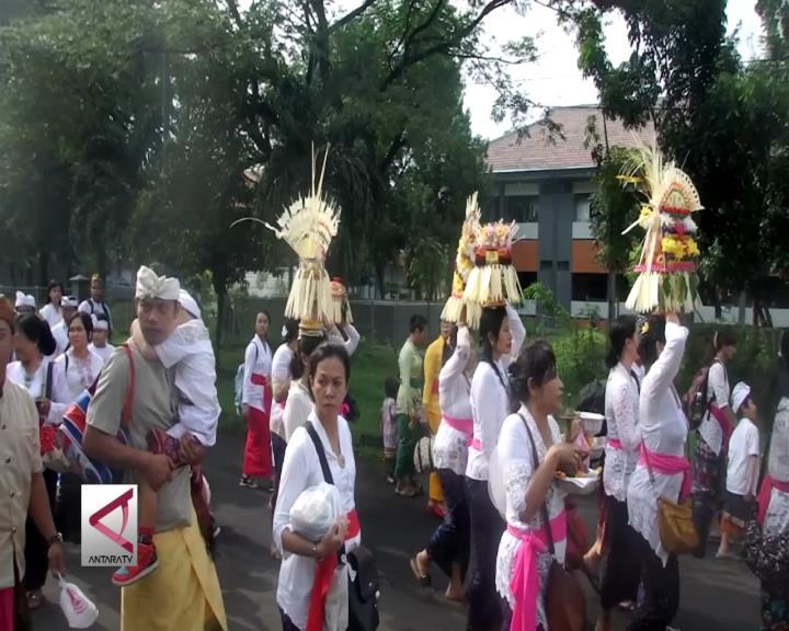 Umat Hindu di Surabaya Gelar Upacara Melasti