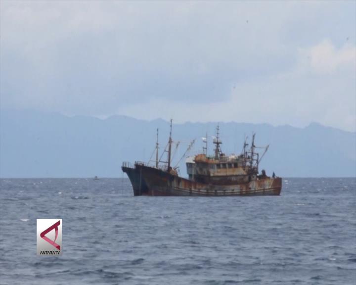 Menteri Susi Ledakkan Kapal Pencuri Ikan di Maluku