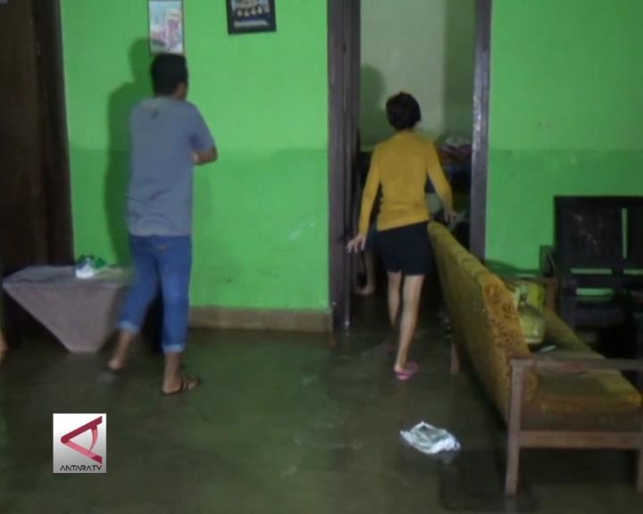 Rumah Warga Terendam Banjir Hingga 4 Meter