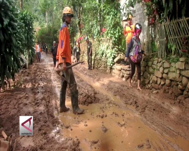 BPBD Bersihkan Jalan Berlumpur