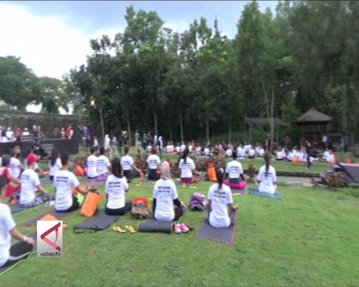Yoga Massal di Pelataran Candi Boko