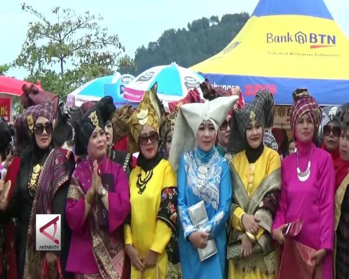 Mengenalkan Pakaian Tradisional Minang ke Genarasi Muda