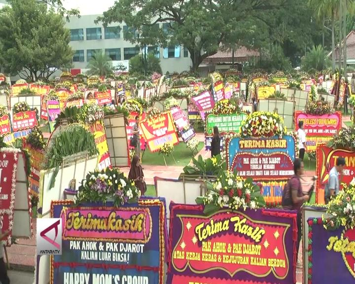 Warga dan Karangan Bunga Banjiri Balai Kota