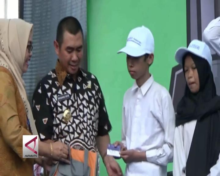 Kemdikbud Serahkan 3.532 KIP di Kota Malang
