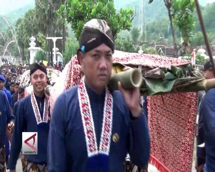 Keraton Yogyakarta Larung Baju Sultan HB X