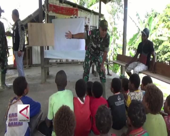 Prajurit TNI Jadi Guru Di Pedalaman