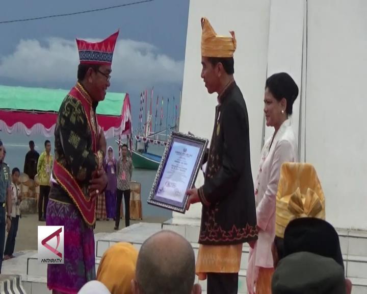 Presiden Dianugrahi Gelar Adat Kapiteng Lau Pulo