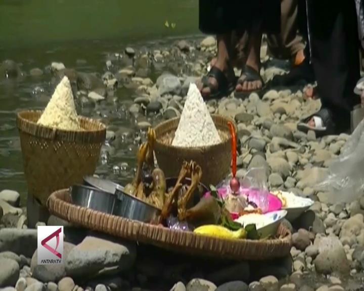 Petani Tembakau Gelar Tradisi Larung Sukerto