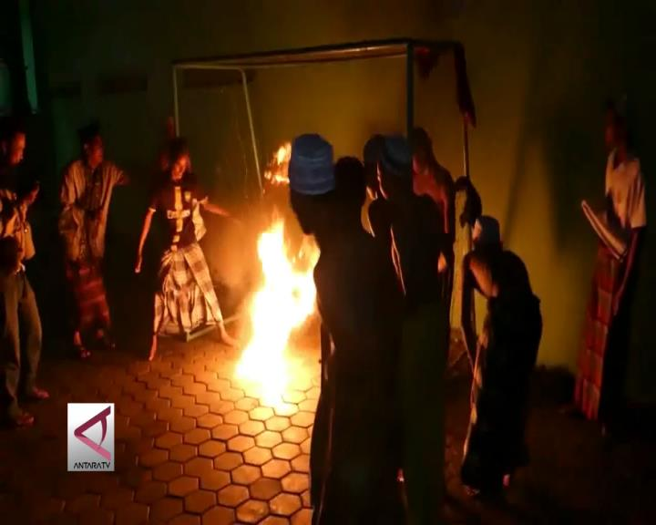 Bermain Sepak Bola Api Ala Santri di Sukoharjo