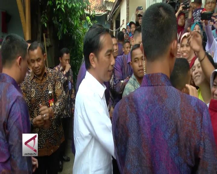 Presiden Bagikan Paket Kebutuhan Pokok di Jakarta