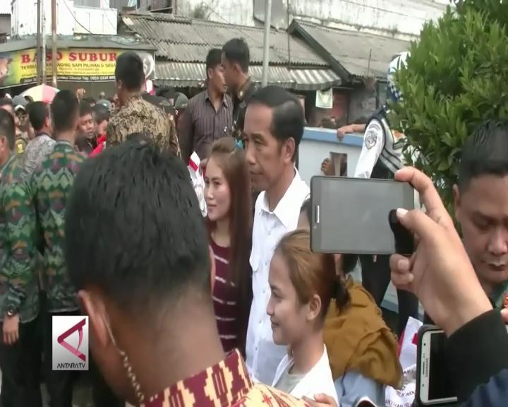 Warga Sukabumi Berebut Berfoto dengan Presiden