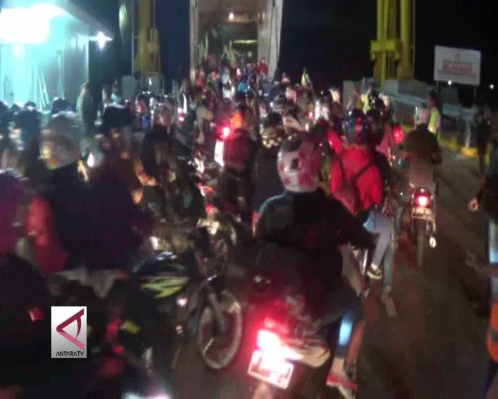 Dermaga Khusus Roda 2 di Pelabuhan Merak Membludak