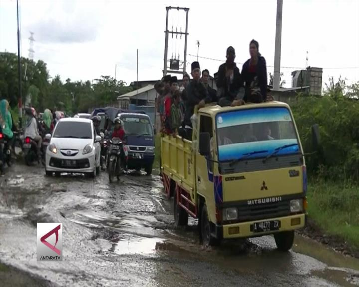 Jalan ke Banten Lama Rusak Parah