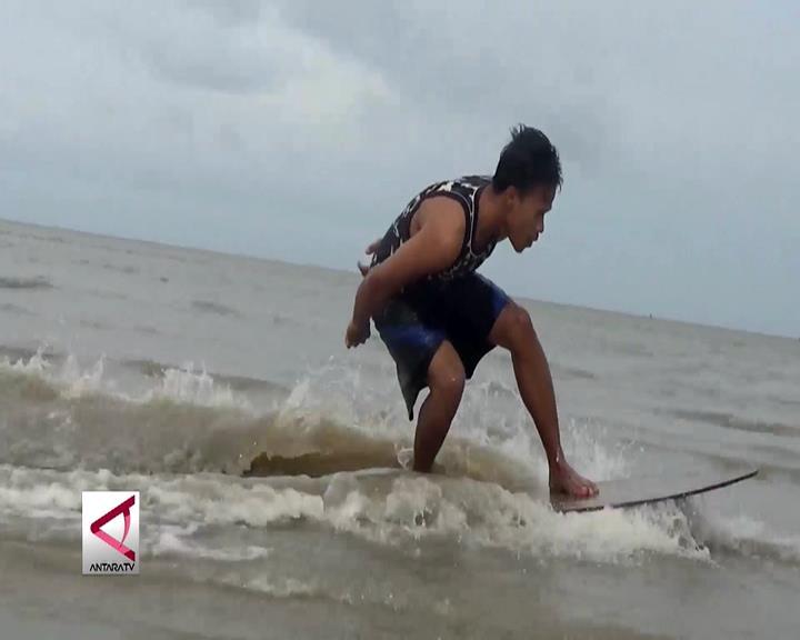 Skimboard Berselancar di Pinggir Pantai