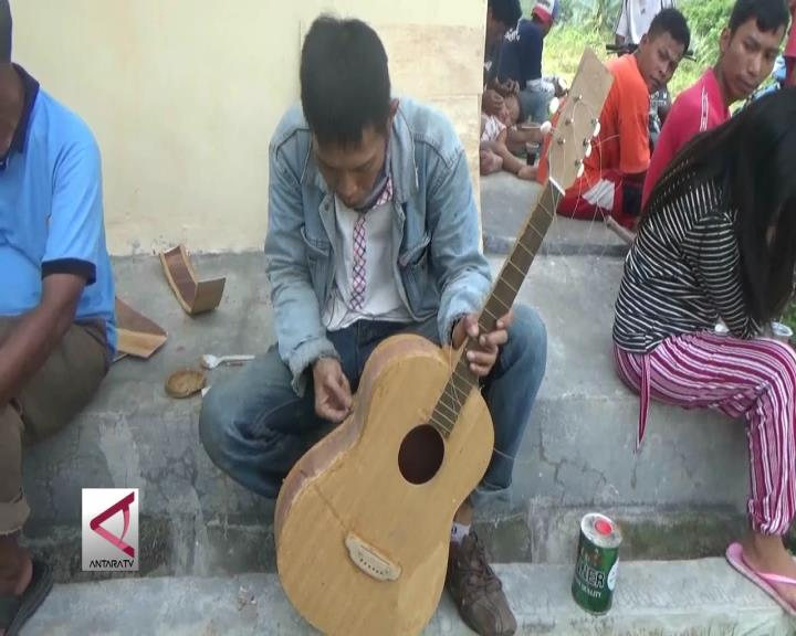 Anak Jalanan Cilegon Dilatih Kerajinan Membuat Gitar