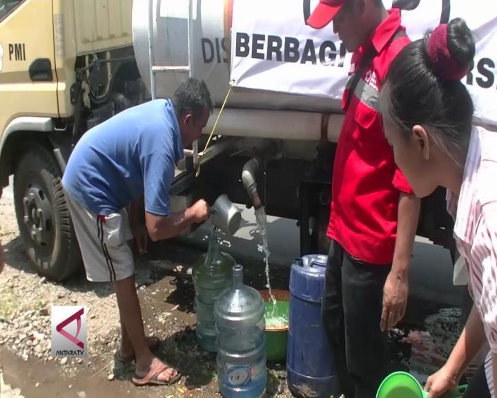 Pemkab Sukabumi dan Relawan Pasok Air Bersih