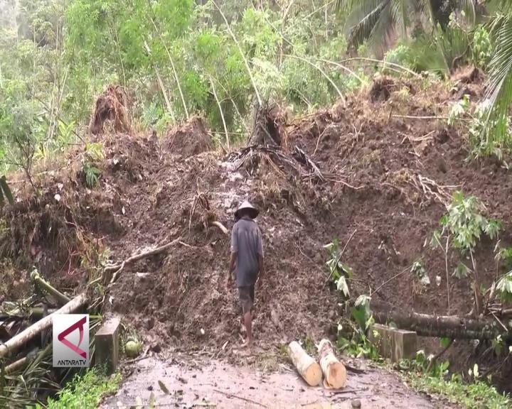 Longsor Tutup Akses Jalan di Purworejo