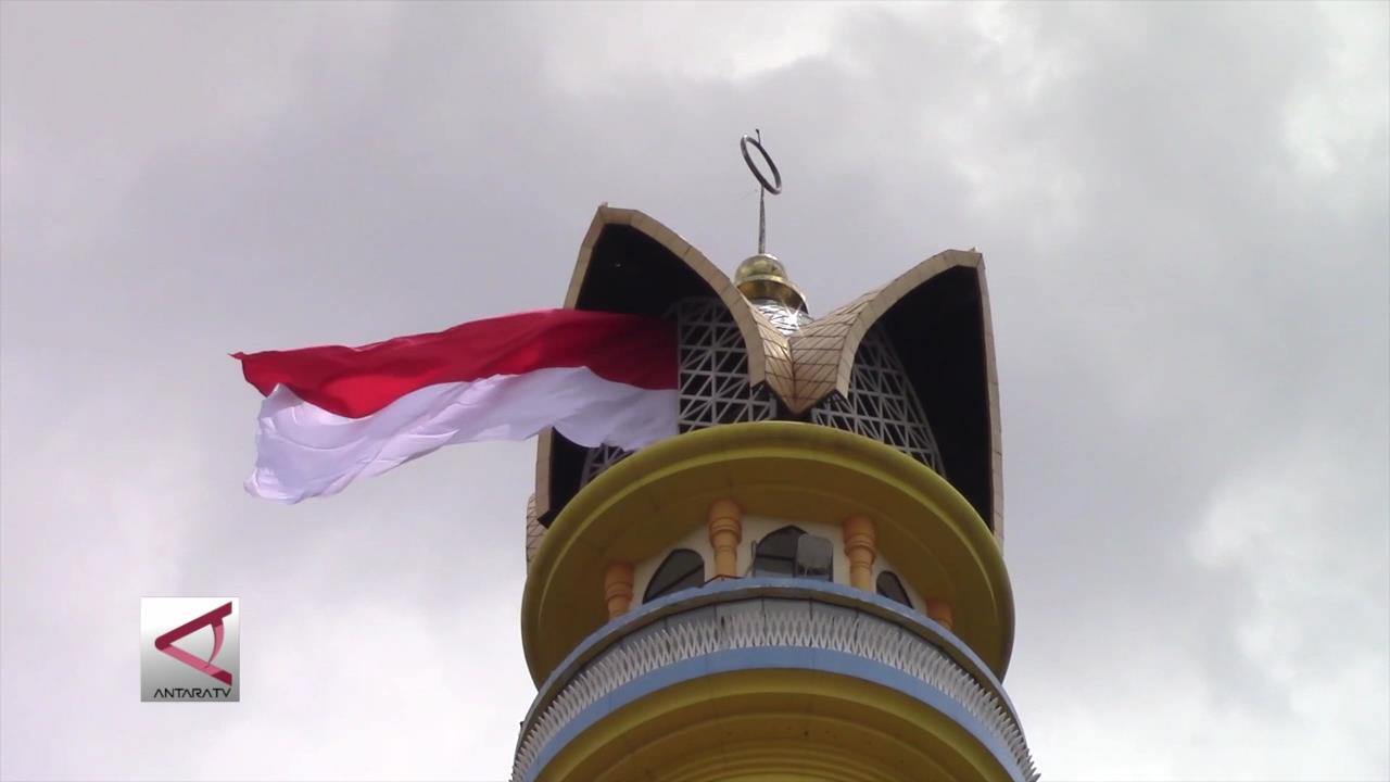 Warga Mataram Kibarkan Bendera Raksasa