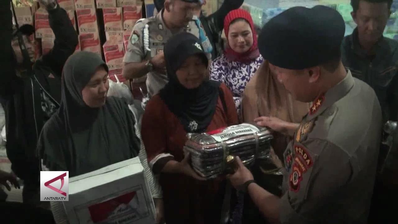 Polda Jabar Beri Bantuan Korban Banjir Bandung