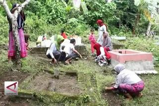 Ritual Bersih Kubur Masyarakat Makean
