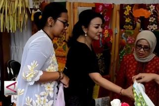 Istri Wapres Belanja Kain  Songket  Bali