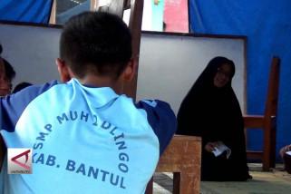 Sekolah di Bantul ambles, ratusan siswa belajar di tenda