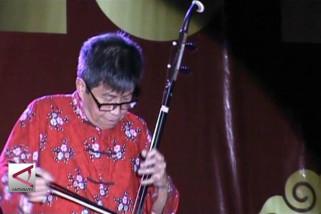 Rayakan imlek dengan alat musik gesek Erhu
