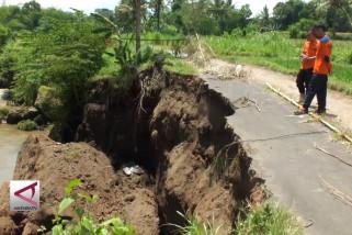 Longsor putuskan  jalan penghubung 2 desa di Jember