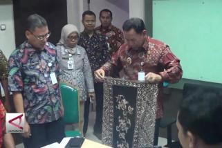 Pekalongan angkat tradisi bersarung batik
