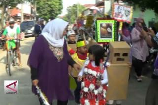 Siswa TK Peringati Hari Kartini berbusana daur ulang