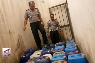Polisi Sita ribuan liter diduga bahan baku Miras