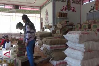Disdagperinkop bagikan paket sembako di Kecamatan Kapuas