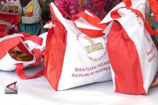 Presiden Bagikan 4.000 Paket Sembako Di Solo
