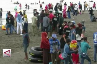 Ribuan warga rayakan lebaran ketupat di Pantai Lamundre